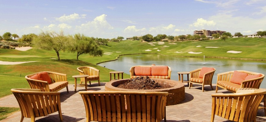 Relax-outisde-with-friends-along-the-golf-course-cropped.jpg